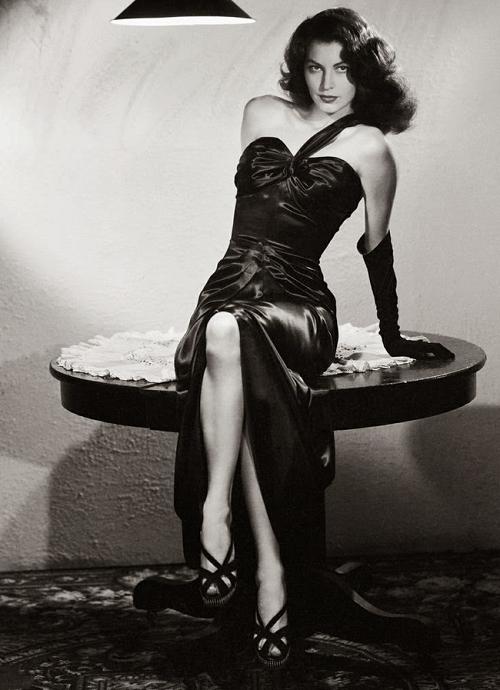 По стопам Коко: 10 легендарных маленьких черных платьев в кинематографе-Фото 3