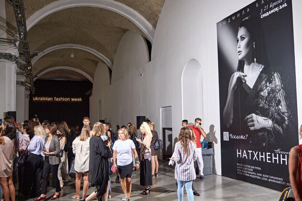 На відкритті Ukrainian Fashion Week був представлений портрет телезірки Людмили Барбір-Фото 3