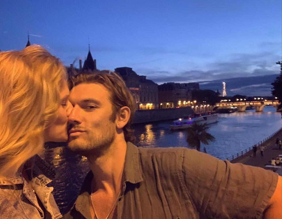 Тайный роман: Бывший Эммы Робертс женился на модели Victoria's Secret — экс-девушке Ди Каприо-Фото 2