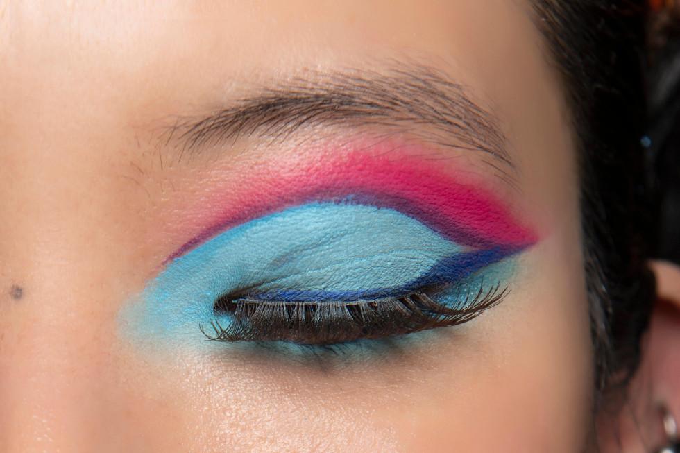 Синий период: Самый модный макияж осени 2020 — смелый неон против акварельной нежности-Фото 1