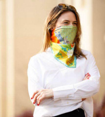 Пандемия на стиле: 7 шейных платков, которые заменят вам защитные маски-430x480