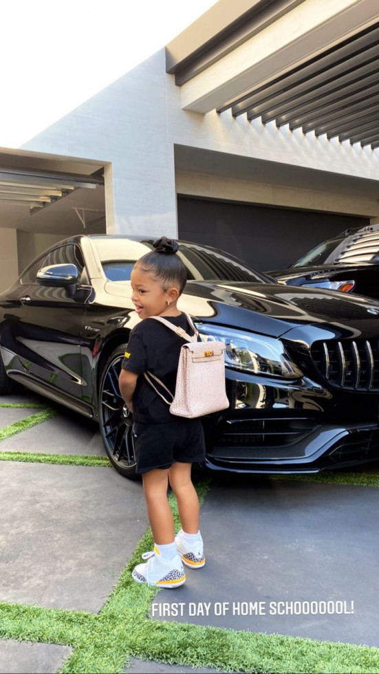 Дорогое обучение: Дочь Кайли Дженнер пошла в школу с рюкзаком за $ 12 000-Фото 2