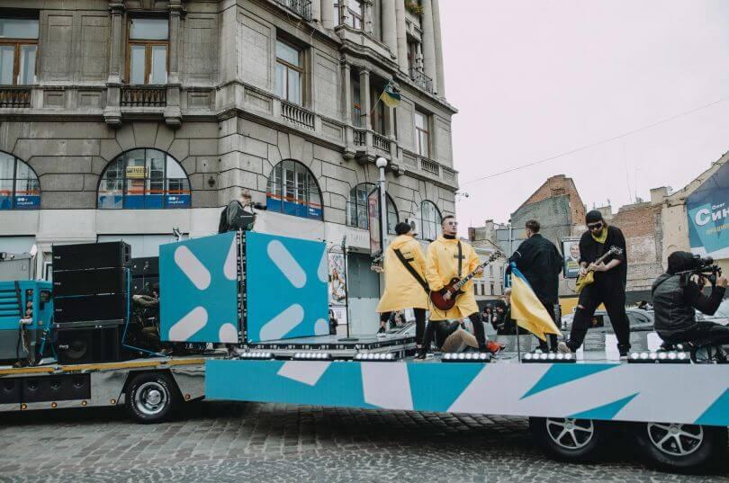 Гурт БЕZ ОБМЕЖЕНЬ провів секретний концерт для жителів Львова в центрі міста-Фото 3