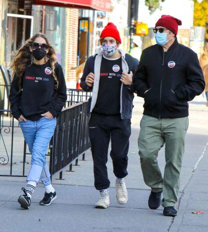 Сара Джессика Паркер с супругом и сыном вместе сходили на выборы-430x480