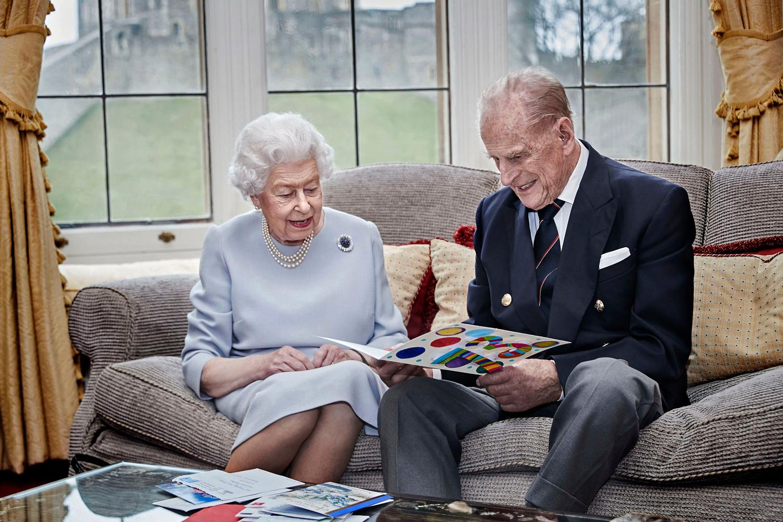 Правнуки королевы Елизаветы II и принца Филиппа подарили имхендмейд-подарок к годовщине свадьбы-Фото 1