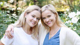 """Как сестры: РизУизерспунс дочерью сфотографировались в """"уродливых"""" свитерах-320x180"""