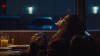 Зендая грустит в кафе в трейлере спецэпизода сериала «Эйфория»-320x180