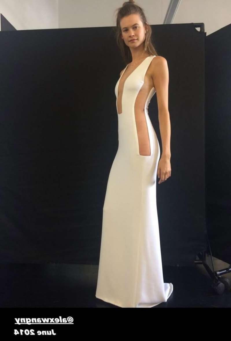 Модель и супруга солистаMaroon5 впервые демонстрирует свое свадебное платье-Фото 3