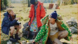 Туристы отдыхают в Альпах в кампейне коллаборации Gucci и The North Face