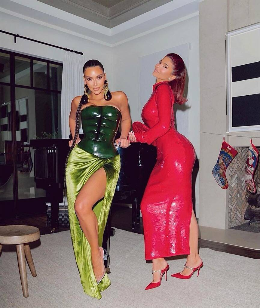 КимКардашьян для семейного празднования Рождества выбрала самый сексуальный образ 2020 года-Фото 4