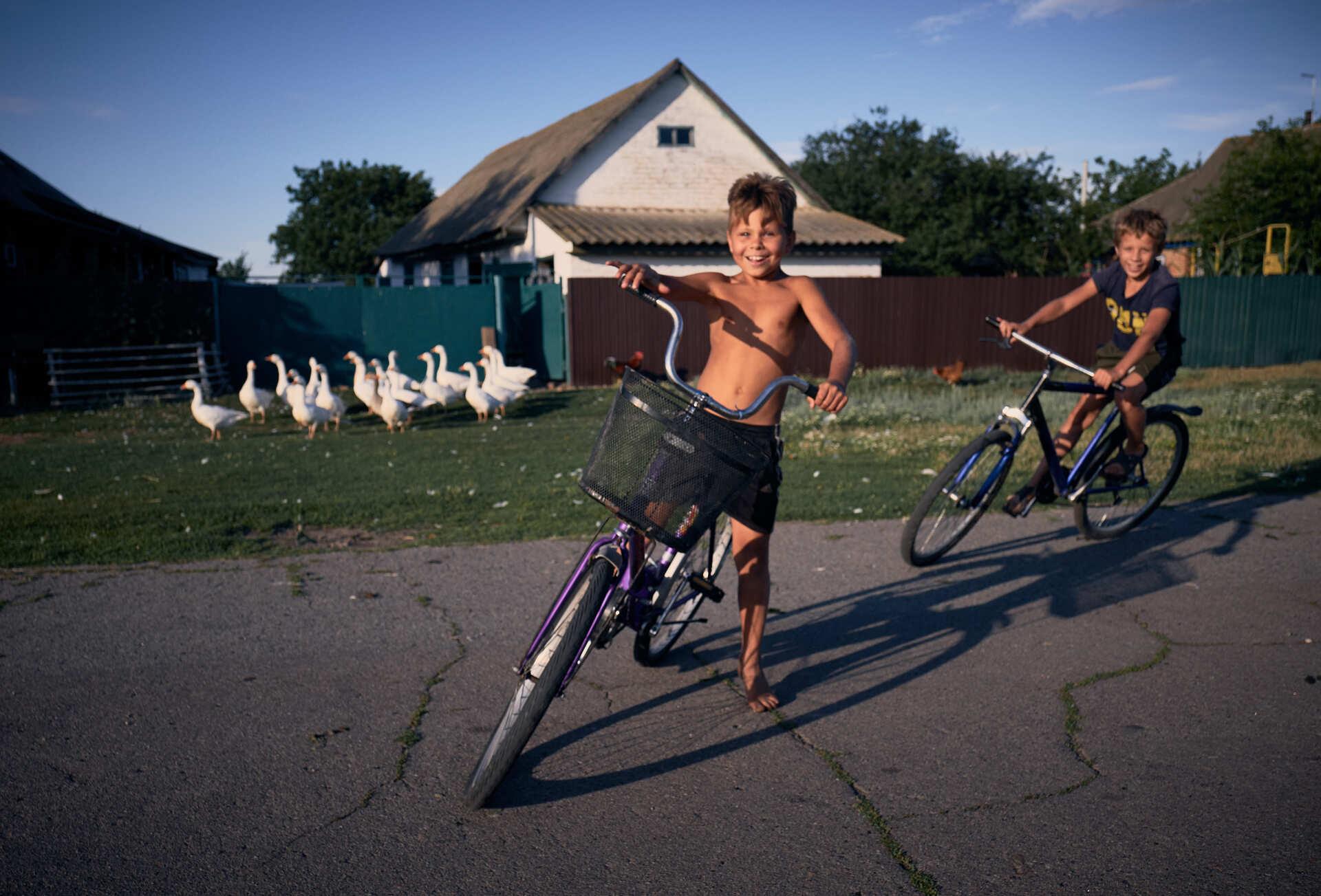 Діти катаються на велосипедах у селі Христанівка. 31 липня 2020 року. Експедиція Полтавщиною. Фото: Павло Пашко.