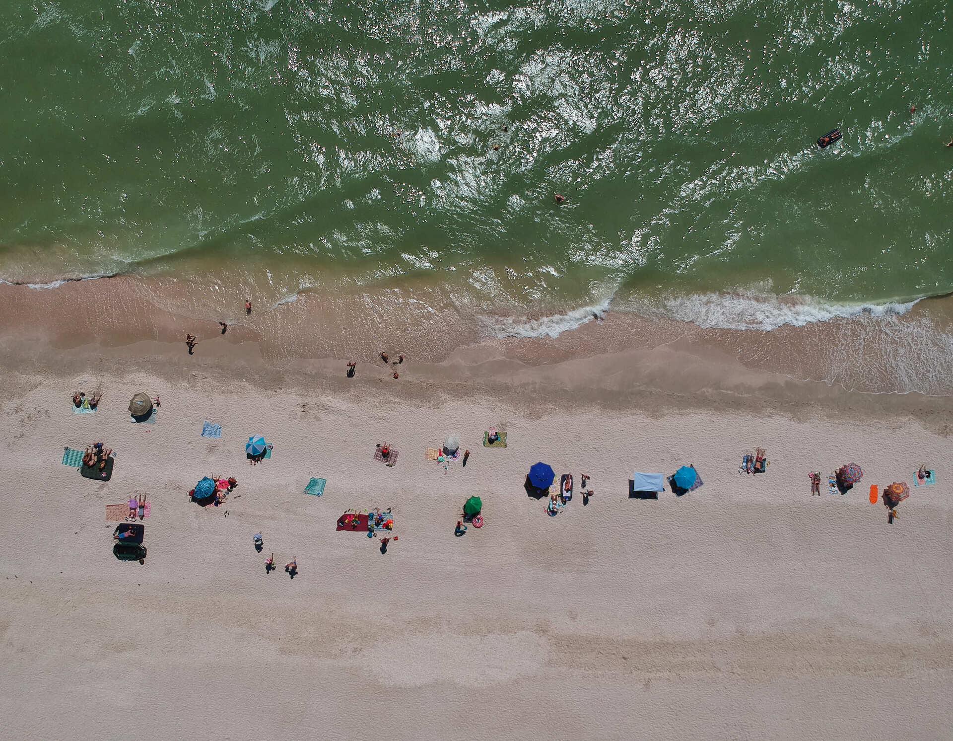 Відпочивальники на пляжі на Федотовій косі, Приазов'я. 11 серпня 2020 року. Фото: Сергій Свердєлов.
