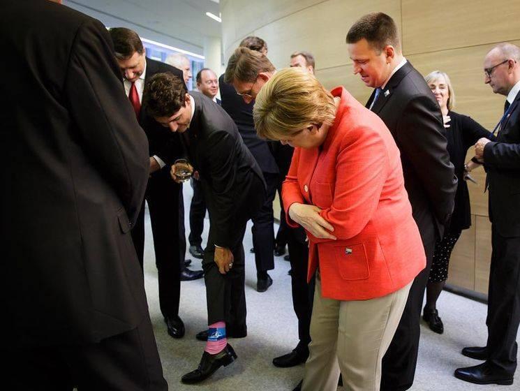 Ведучі Сніданку з 1+1 зробили фото зі шкарпетками, як у Трюдо-Фото 4