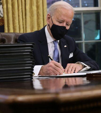 Джо Байден подписан только на один звездный аккаунт в Твиттере, который не связан с политикой-430x480