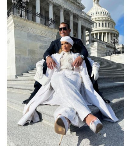 Звездные итоги: Джей Ло на ступенях Капитолия, вечно молодая Сальма Хайек и другие лучшие фото недели-430x480