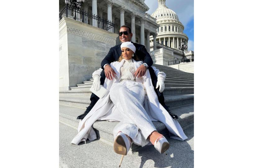 Звездные итоги: Джей Ло на ступенях Капитолия, вечно молодая Сальма Хайек и другие лучшие фото недели-Фото 1