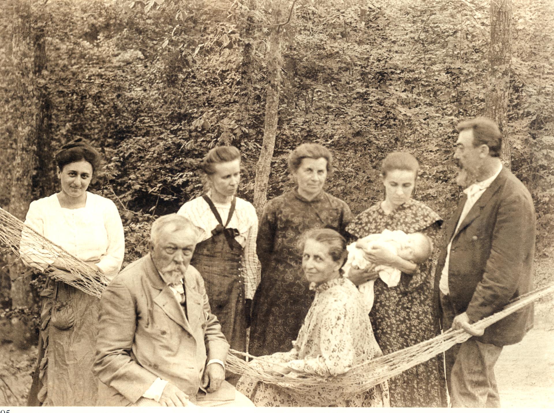 Зліва направо сидять: Петро Косач (батько Лесі Українки) і Антоніна Трегубова (рідна сестра дружини І. Франка Ольги);