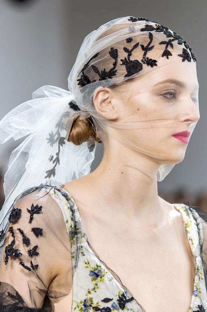 Красавица-душа: 5 актуальных способов носить косынку зимой 2021-Фото 4