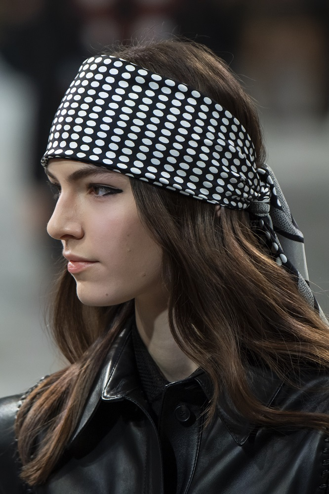 Красавица-душа: 5 актуальных способов носить косынку зимой 2021-Фото 3