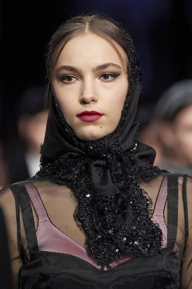 Красавица-душа: 5 актуальных способов носить косынку зимой 2021-Фото 5