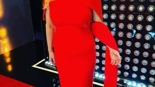 Леди в красном:РебелУилсон примерила платье, как у МеганМаркл-320x180