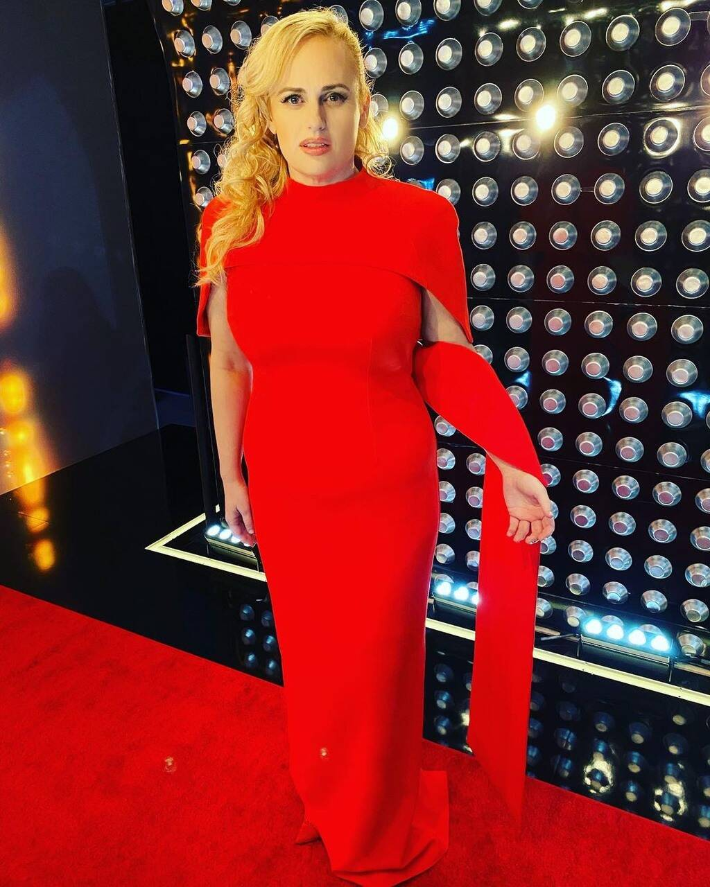 Леди в красном:РебелУилсон примерила платье, как у МеганМаркл-Фото 1