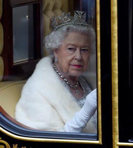 Инсайдеры рассказали, какие шаги собирается предпринять королева Елизавета II в свете недавних скандалов-430x480