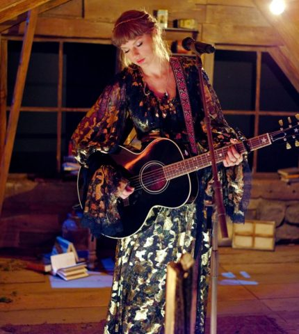 """Цветочная фея: Тейлор Свифт и ееобразы принцессы на """"Грэмми"""" 2021-430x480"""