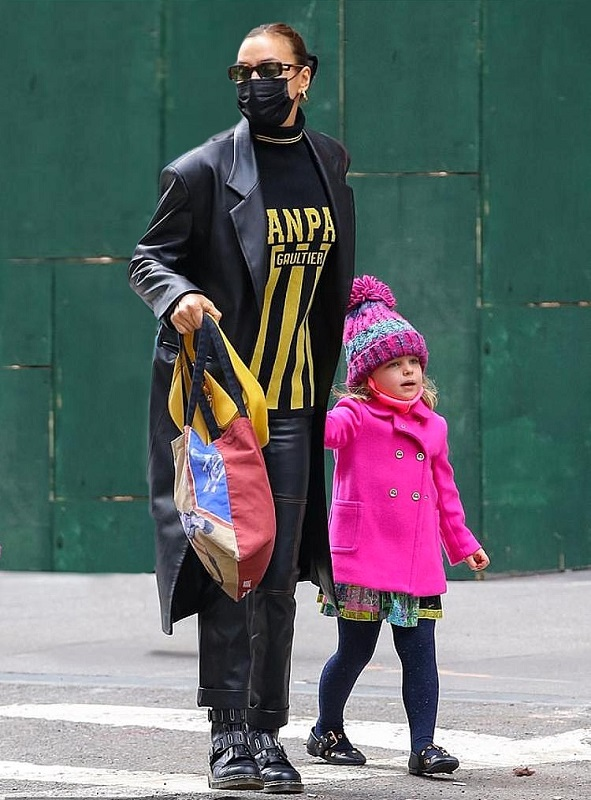 У тренчі з екошкіри від українського бренду GASANOVA: Ірина Шейк на прогулянці в Нью-Йорку з дочкою Леєю-Фото 2