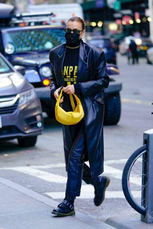 У тренчі з екошкіри від українського бренду GASANOVA: Ірина Шейк на прогулянці в Нью-Йорку з дочкою Леєю-Фото 1