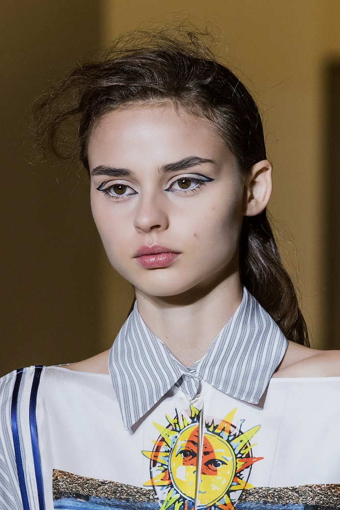 История с подиума: 11 трендов в макияже сезона «весна-лето» 2021 года-Фото 9