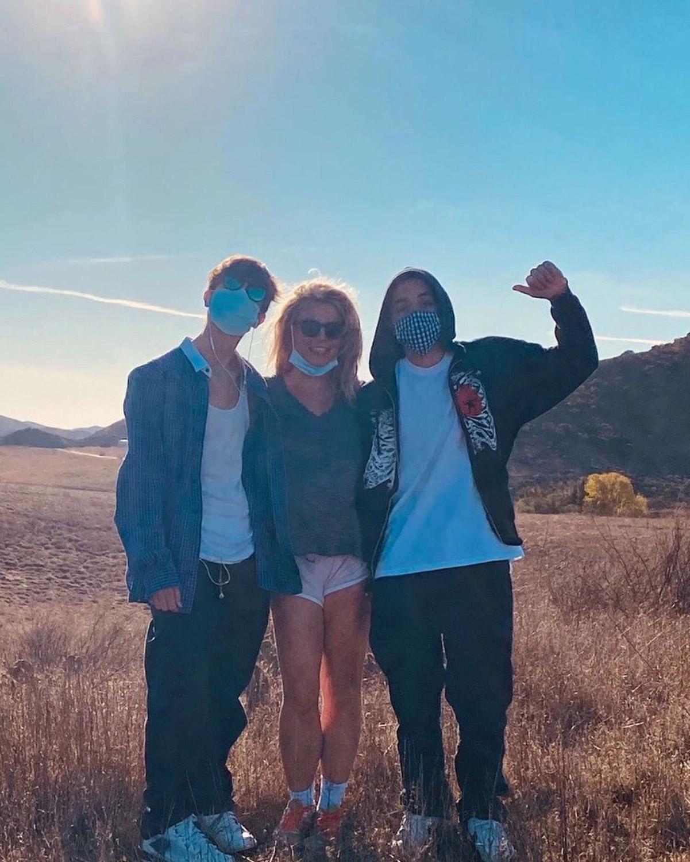 Бритни Спирс поделилась редким фото со своими сыновьями-Фото 1