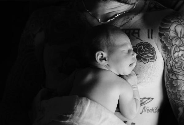 Адам Левин надел платье под стать своим дочкам исупруге— редкое семейное фото-Фото 3