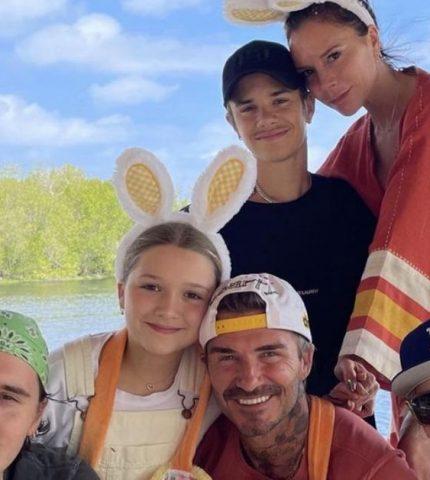 Семейный портрет: Как Бекхэмы отпраздновали Пасху 2021-430x480