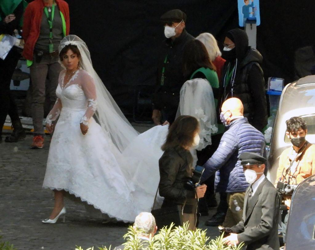 """Леди Гага примерила свадебное платье на съемках фильма """"Дом Гуччи""""-Фото 1"""