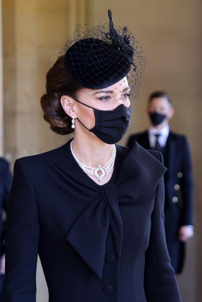 Кейт Миддлтон на похороны принца Филиппа надела колье,принадлежавшеекоролеве Елизавете II-Фото 1