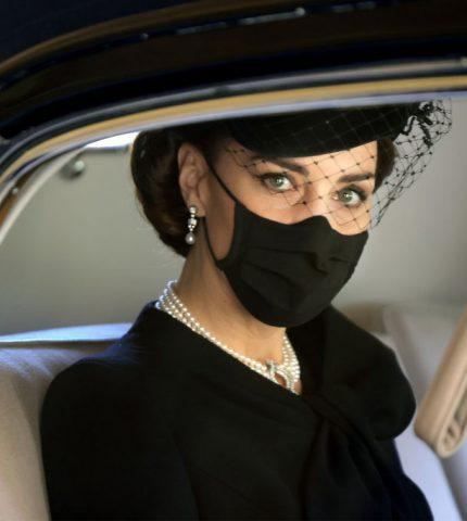 Кейт Миддлтон на похороны принца Филиппа надела колье,принадлежавшеекоролеве Елизавете II-430x480