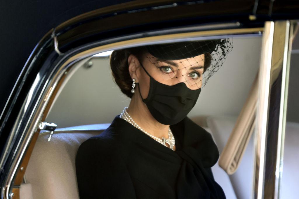 Кейт Миддлтон на похороны принца Филиппа надела колье,принадлежавшеекоролеве Елизавете II-Фото 3