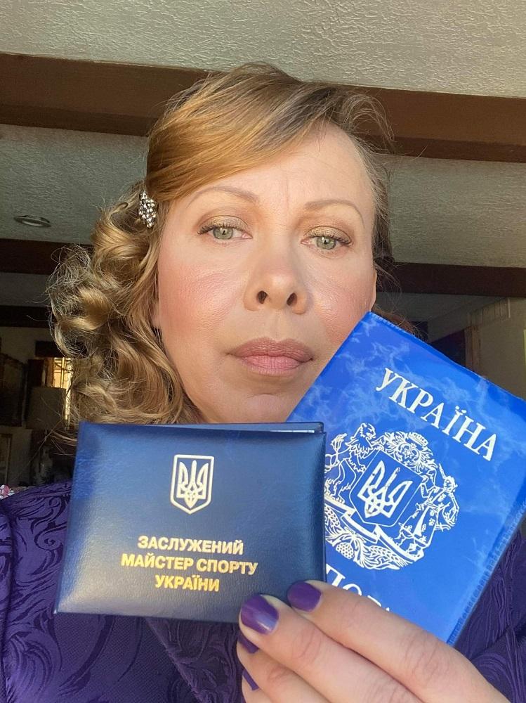 Чемпіонка Оксана Баюл в прямому ефірі з Марічкою Падалко показала свій український паспорт і розплакалася -Фото 3