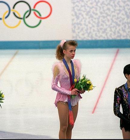 Чемпіонка Оксана Баюл в прямому ефірі з Марічкою Падалко показала свій український паспорт і розплакалася -430x480