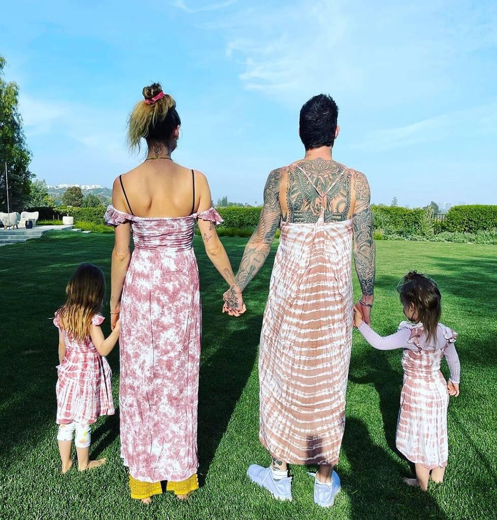 Адам Левин надел платье под стать своим дочкам исупруге— редкое семейное фото-Фото 2