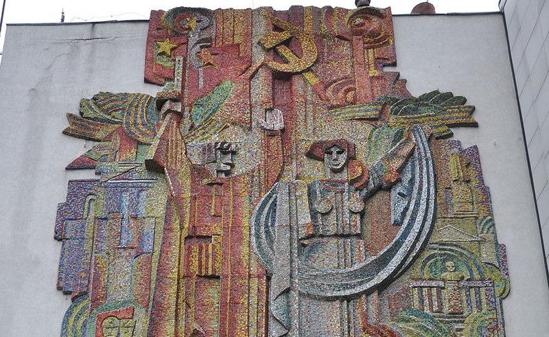 панно на будівлі Головпоштамту у Рівному