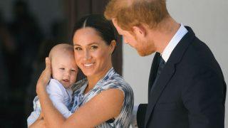 Как королевская семья поздравила сына МеганМаркли принца Гарри с днем рождения-320x180