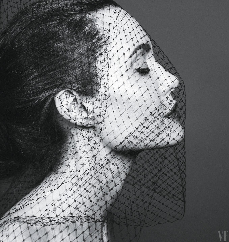 Королева улья: Во Всемирный день пчел Анджелина Джоли позирует в окружении насекомых-Фото 2