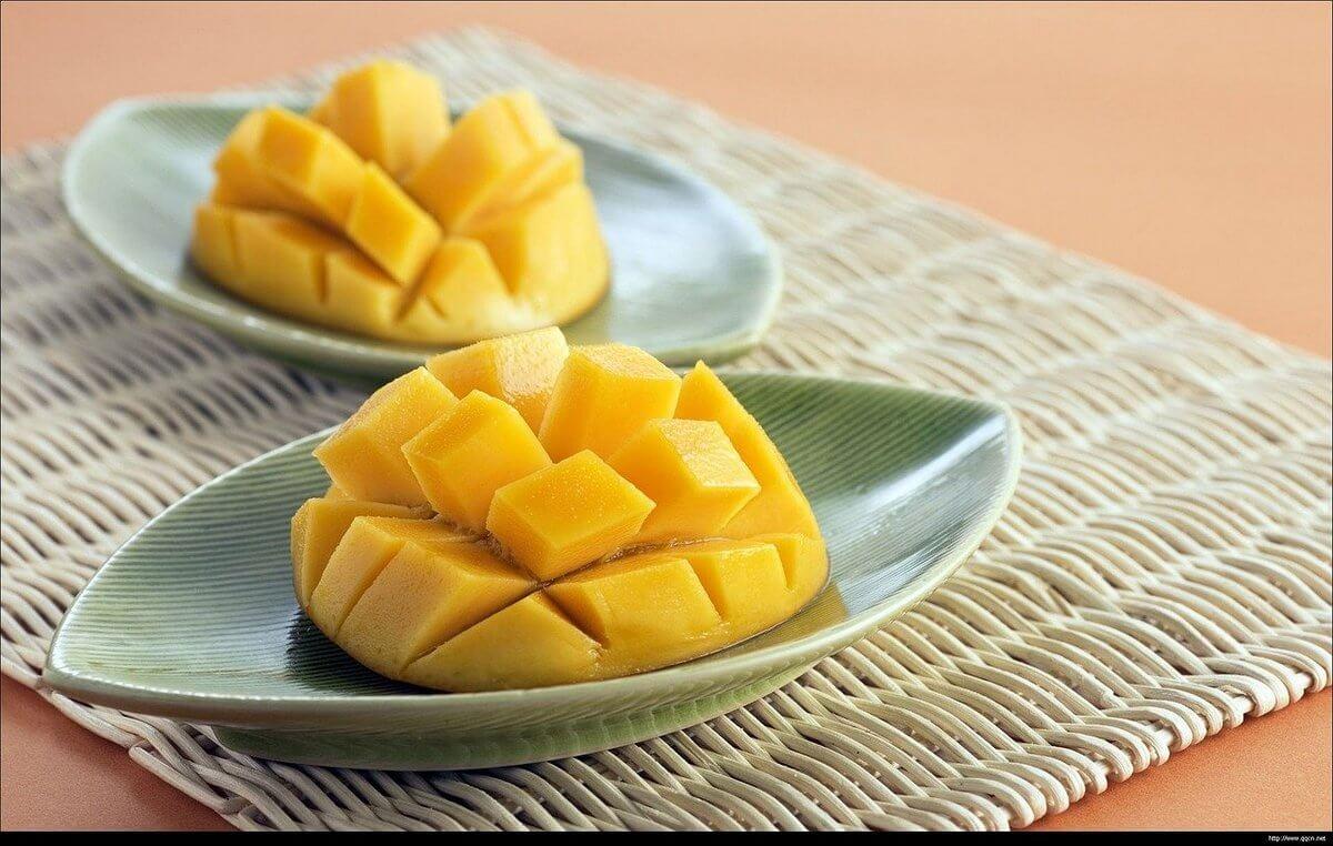 спелый нарезанный манго