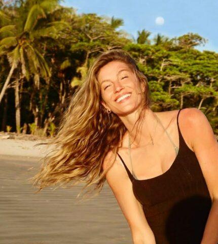 Пляжный лук: Жизель Бюндхен демонстрирует идеальное тело 40-летней женщины-430x480