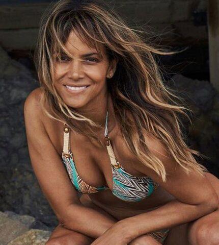 Холли Берри опубликовала новый пляжный снимок — трендовый летний образ-430x480