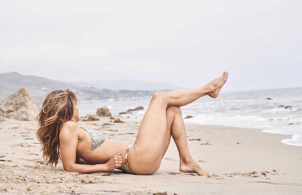 Холли Берри опубликовала новый пляжный снимок — трендовый летний образ-Фото 1