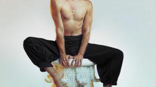 """Звезда сериала """"13 причин почему""""БрэндоннФлинн презентуетbeauty-коллаборацию в месяц ЛГБТ-сообщества-320x180"""