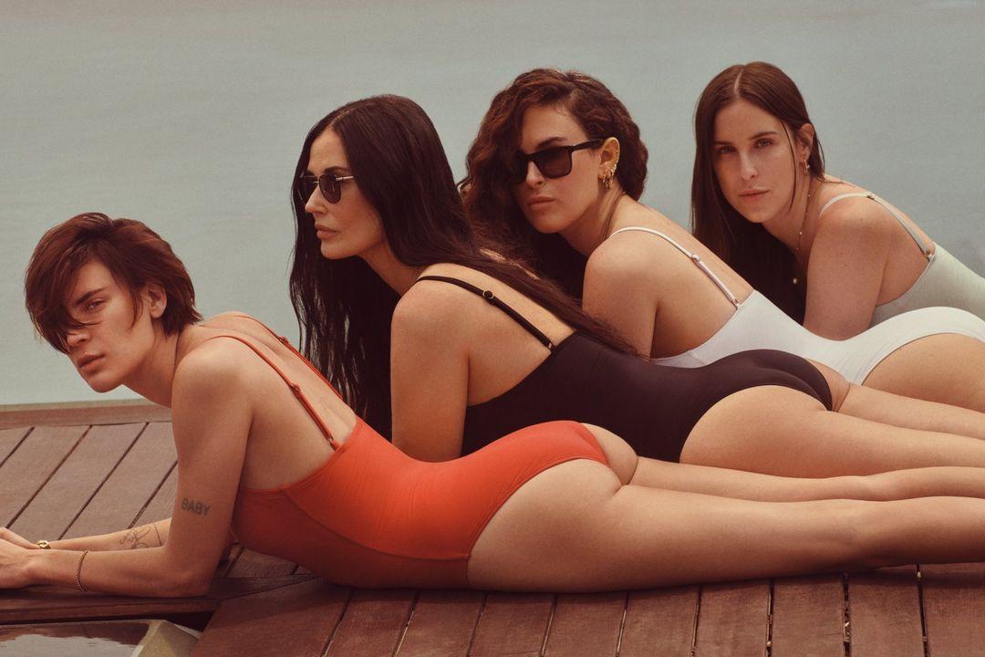 Деми Мур позирует для рекламной кампании купальников вместе с тремя дочерями-Фото 3